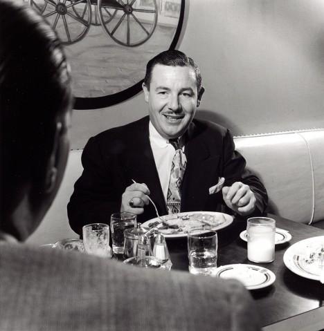 Američan Frank McNamara jde jednoho dne na večeři a zapomene si doma peněženku.