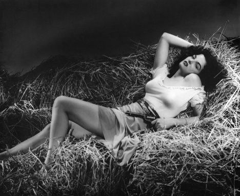 Americká herečka Jane Russellová ve filmu Psanec. Její ňadra uhranou svět.