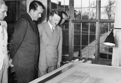 Architekt Albert Speer s vůdcem Adolfem Hitlerem v Obezsalzbergu. Speer nevěří, že se dá most postavit za šest měsíců.
