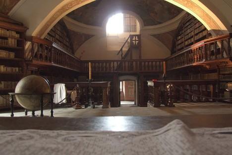 Augustiniánská knihovna v klášteře v polské Zaháni. Řádové regule mnichům přikazovaly trávit zde spoustu času.