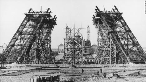 Během stavby ocelové věže se spotřebuje na 2,5 milionu nýtů. Montáž trvá dva roky.