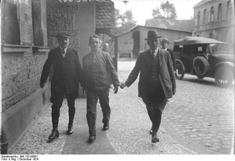 Zu dem großen Prozess den siebenundzwanzigfachen Mörder Haarmann in Hannover, wozu hundertundneunzig Zeugen geladen sind. Der Massenmörder Haarmann wird gefesselt in den Gerichtssaal geführt.