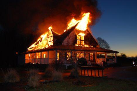Při požáru vdomech a bytech vám hrozí větší nebezpečí od hromadícího se kouře, než od plamenů. Proto se snažte držet uzemě, kde je kouře méně. Pokud zpozorujete dým procházející například škvírou pode dveřmi, utěsněte ji hadrem či kusem oblečení. Když se snažíte zdomu utéct, vždy vyzkoušejte dveře pokojů před otevřením, zda nejsou horké. Vtakovém případě je rozhodně neotvírejte, podtlak anová dávka kyslíku by vám plameny poslaly rovnou do obličeje.