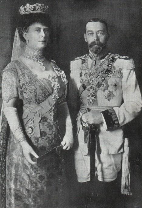 Britský královský pár Marie a Jiří V. Když šli někam na návštěvu, hostitelé museli obětovat starožitné hrníčky jako dárek.