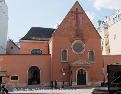 Budova kapucínského kláštera s kryptou vzniká během pouhých deseti let. Událost položení základního kamene si 8. září 1622 dokonce nenechá ujít ani sám rakouský císař Ferdinand I