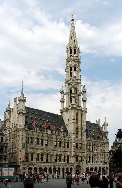 Dominantou Grande-Place je gotická radnice z 15. století.