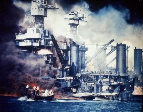 V ranních hodinách se k americkému přístavu Pearl Harbor snesla skupina japonských letounů. Bez milosti začala shazovat bomby a torpéda směrem ke zdejším lodím.