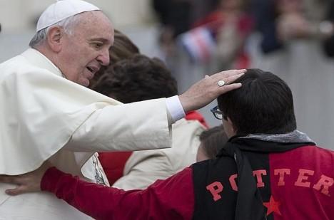 Papež František je přesvědčen, že exorcisté ve společenství s biskupy prokazují svou zvláštní službou lásku a přívětivost církve vůči těm, kdo trpí působením Zlého.