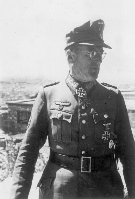Südostfront: (Griechenland) Ein deutscher General besucht die Akropolis. PK-Aufnahme: Kriegsberichter: Scheerer (Sch.) 4619-41.
