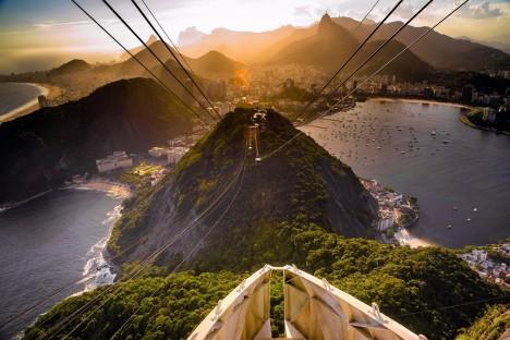 Lanovku na horu Sugarloaf v zálivu u města Rio de Janeiro funguje od roku 1912 a její kabina se houpá nad vrcholky skal ve výšce 300 metrů. Je také jedinou lanovkou na světě, která má kompletně prosklené stěny ze speciálního umělého skla. Na více než kilometr dlouhé cestě ji drží jen 5 centimetrů silná ocelová lana spletená z 98 pramenů.