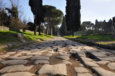 Tato silnice se stala nejdůležitější tepnou vsrdci římské říše. Cestu nechal vybudovat politik Caecus vroce 312př.n.l., aby zvrátil nedobře vyhlížející válku se samnitskými kmeny. Římští vojáci měli problém hlavně se zásobováním avybudování cesty nakonec přispělo kvítězství Říma. Podle dochovaných záznamů prý svrchní kamení do sebe zapadalo natolik těsně, jako by tak vyrostlo.