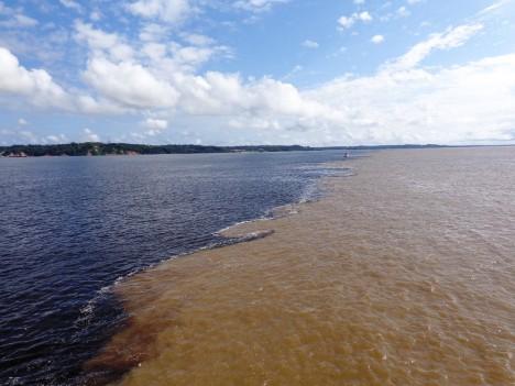 Ve vlhčích obdobích nabírá Amazonka do šířky až 200 kilometrů. Zhruba stejnou vzdálenost ujedete při cestě z Prahy do Brna.