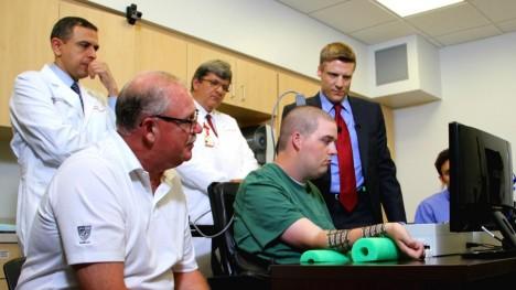 Zraněnému americkému sportovci Ianu Burkhartovi byl v roce 2014 do mozku implantován čip umožňující ovládat jeho ochrnutou paži.
