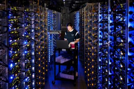 Prvními průkopníky byli inženýři zIBM, kteří představili experimentální systém IBMM44/44X založený na sdílení počítačového výkonu už v60.letech minulého století. Nicméně počítačová technologie nebyla na takové úrovni, aby byla tato služba pro zákazníky zajímavá. Až díky neustálému zvyšování výkonu arychlosti počítačů a také masové oblibě internetových služeb jako Facebook, Skype nebo Twitter, se ale nakonec tato technologie stala páteří internetu. Dnes již může kdokoli velmi snadno avelmi rychle získat obrovský výkon přesně dle potřeby. Firmám odpadá nutnost starat se ohardware, stačí si koupit přesně tak dimenzovaný výkon, který je potřeba.