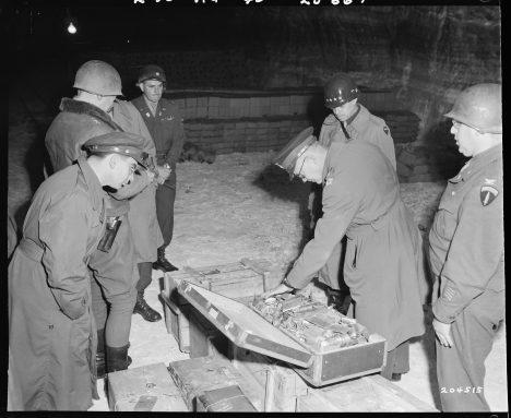 Na objevený poklad se byl podívat i američtí generálové Dwight D. Eisenhower a Omar N. Bradley.