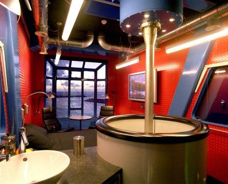 Unikátní ubytování pro dva je skryto v holandském přístavním jeřábu z 60. let. Znáte jiný apartmán, kterým můžete pomocí tlačítka otáčet o 360 stupňů a měnit si tak výhled na moře? Ve výšce 45 metrů nad pobřežím nabízí kabina překvapivě moderní komfort s lůžkem pro dva, moderní interiér, televizi a klimatizaci. Nahoru či dolů vás pak doveze výtah, žádného šplhání po žebřících se bát nemusíte.