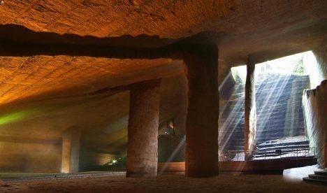 Komplex jeskyní vytesaných před více než 2000 roky je zčásti zatopen vodou. Jeho místnosti jsou až 30 metrů vysoké a starověcí kopáči odsud museli vynést na světlo přibližně milion kubických metrů kamene. Většina podzemních starověkých staveb má od pochodní a loučí začouzené stropy, jeskyně Longyou ale mají stropy čisté. Čím si tedy starověcí stavitelé při práci svítili?