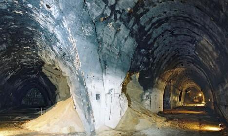 Tunely podzemní továrny hloubili pomocí pneumatických kladiv vězňové z koncentračního tábora Mauthausen.