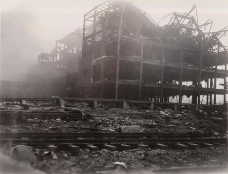 Budovy v přístavu vypadaly jako po náletu bombardérů, tlaková vlna je doslova rozmetala.