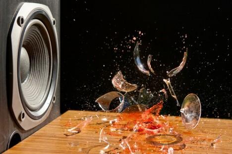 Zvukové vibrace dokáží zničit i pevný materiál, někteří lidé pak pouhým hlasem dokáží rozbít sklenici na víno.