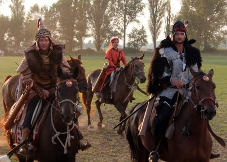 Někteří vědci však usuzují, že palác postavil národ mongolských Ujgurů za vlády chána Mojanchura (vládl 747–759)