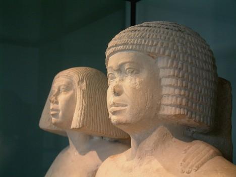 Paruka Staří Egypťané se stříhali často dohola, jednak kvůli horku a hygieně a také z rituálních důvodů. Egypťané ale holé hlavy nepovažovali za hezké, a proto začali nosit paruky. Vyráběly se nejen z lidských vlasů, ale i z palmových vláken. Bez paruk pak chodili jen kněží a chudí dělníci. Muži ve starověkém Egyptě nosili paruky s dlouhými vlasy a ženy s vlasy kratšími.