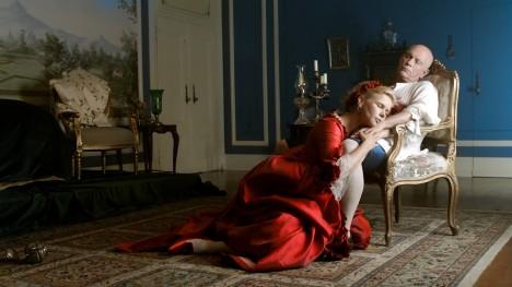 2. Svede každou ženu -  Markýz de Sade (1740–1814) podával čokoládu na svých soukromých orgiích jako afrodiziakum. Proslulý svůdník Casanova (1725–1798) ji nazýval elixírem lásky. Francouzská královna Marie Tereza Habsburská (1638–1683) prohlašovala, že jí záleží jen na dvou věcech – na čokoládě a na králi. V tomto pořadí.