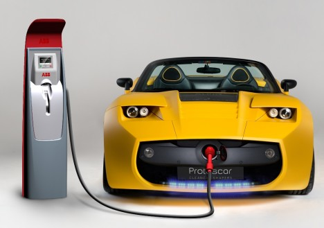 Za první elektromobil se považuje vůz sestavený holandským profesorem Sibrandusem Stratinghem roku1835, tedy 50let před prvním automobilem se spalovacím motorem. Ještě na počátku 20.století bylo 40% registrovaných vozidel na parní pohon, 38% na elektrický ajen 22% na benzinový. Nevýhodou elektrických aut ale byl malý dojezd. Vtom se daleko lépe osvědčily benzinové modely, ropa byla navíc levnější. Dnes je situace opačná - cena nafty abenzinu stoupá, zatímco cena elektřiny je nižší. Moderní elektrické automobily začínají konečně mít použitelný dojezd a svůj elektromobil prodává téměř každá velká automobilka.