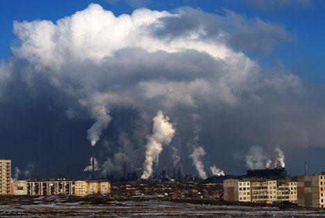 Sibiřské město Norilsk se pyšní největší továrnou na zpracování těžkých kovů na světě. V okruhu 30 kilometrů okolo města neroste žádný strom, i tak tu žije téměř 200 tisíc lidí.