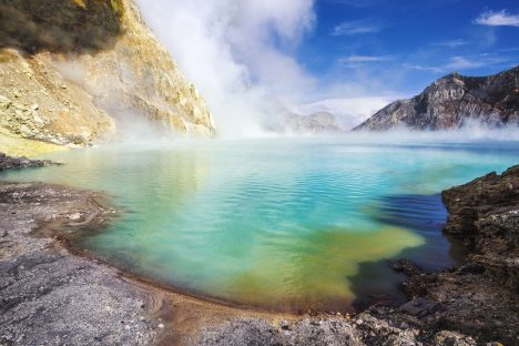 Vulkanické jezero v kráteru Kawah Ijen má na šířku přes 700 metrů, samotný kráter je hluboký zhruba 200 metrů.