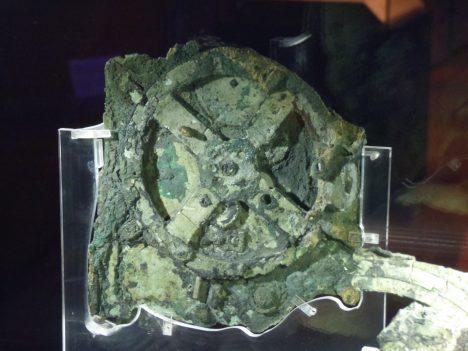 Starověký technický artefakt nalezený ve vraku římské lodi, která se potopila roku 67 př. n. l. u ostrova Antikythéra se skládá z 37 ozubených koleček. Byl používán k zaznamenávání pohybu Slunce a Měsíce, uměl předpovídat zatmění a dokonce napodobovat nepravidelnou oběžnou dráhu Měsíce. Žádná civilizace nevyrobila stejně složité zařízení po následujících 1000 let.