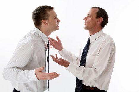 Psychopat vás dokáže účinně provokovat apak, když mu agresi vrátíte, blahosklonně vám oznámí, že šlo jen onezávazný šprým. Nakonec se sám začnete cítit jako naprostý cvok. Na pracovišti budou vytvářet tyto situace vypočítavým způsobem tak, aby se nakonec ostatní obrátili proti vám. Budou snižovat vaši důvěryhodnost asbírat sympatie ostatních.