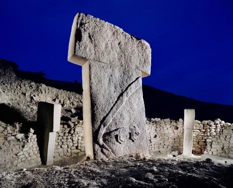 Pilíře přitom nejsou jen holými kameny, nesou na sobě reliéfy a obrazce. Vědci jsou přesvědčeni, že znázorňují lidské postavy včetně takových detailů, jako je bederní rouška.