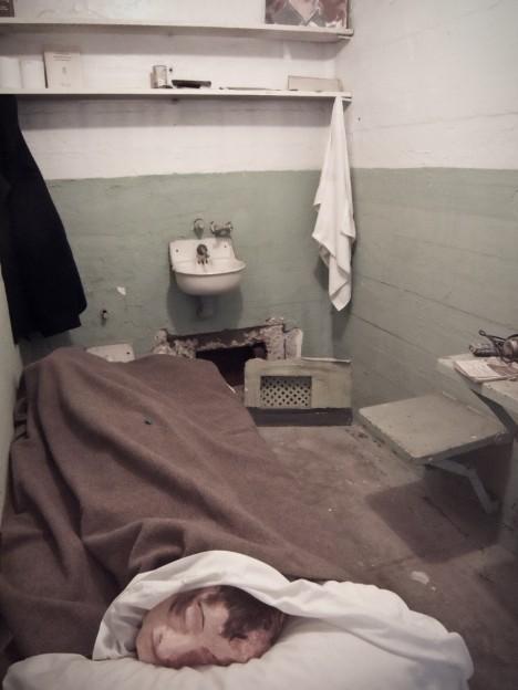 Vězňům se podařilo prokopat do větrací šachty a navíc naaranžovali do postelí hlavy, které vyrobili, aby zmátli dozorce.