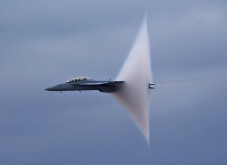 Aerodynamický třesk provází překročení rychlosti přes 1240 km/h, v současnosti se týká jen bojových letadel.