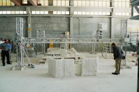 Aktuálně probíhá testování technologie a také složení materiálů, aby bylo možné stavět přímo z měsíční horniny.