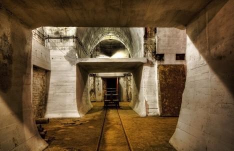 Pohyb vojáků pod zemí byl urychlen pomocí elektrického vlaku, síť byla tak rozsáhlá, že měla 22 stanic.
