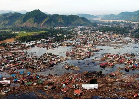 Podle svědků stojících to ráno na plážích Srí Lanky se až na obzor táhlo jen odhalené mořské dno, které ohromeně pozorovaly desítky lidí. Tsunami, která se o chvíli později přiřítila kpobřeží, měla 17 metrů a během chvíle vytvořila neuvěřitelnou spoušť. Zemětřesení, které ji vyvolalo, mělo epicentrum u ostrova Sumatra, vlny zasáhly i pobřeží Afriky a Madagaskaru.