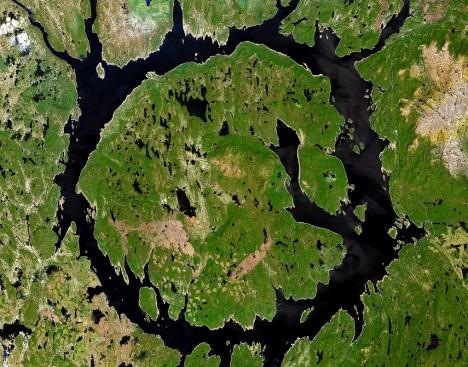 Odborníci odhadují, že původně mohl mít šířku až 100 kilometrů. Zanechal jej asteroid s průměrem okolo pěti kilometrů, který se na Zemi přiřítil v době, kdy tu žili dávní předchůdci ryb. Dnes je vnitřek kráteru vyplněn ostrovem René-Levasseur a uprostřed se tyčí hora Mont Babel.