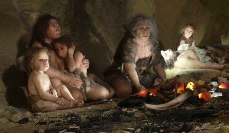 Světlou barvu kůže u Evropanů mohla způsobit prostá potřeba zahalit se před chladnějším podnebím do primitivních šatů.