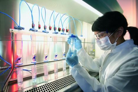 4. mýtus: Existuje účinný způsob léčby rakoviny, ale farmaceutické firmy jej tají. Skutečnost: Jde o konspirační teorii, která nebyla nikdy prokázána. Navíc si její příznivci neuvědomují, že většina druhů rakoviny je již dnes léčitelná.
