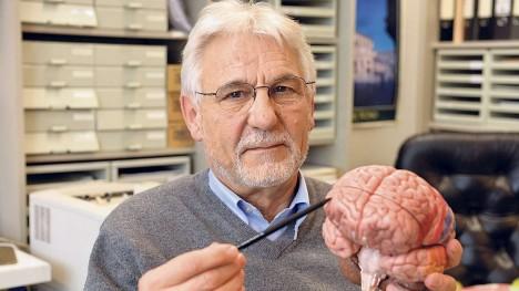 Německý neurolog Gerhard Roth ukazuje na modelu část mozku, která je podle něj zodpovědná za zlo v člověku.