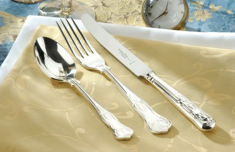 Na ryby se dřív používaly stříbrné nože, železné totiž zanechávaly pachuť. Tento problém vymizel až po vynálezu nerezové oceli v roce 1920.