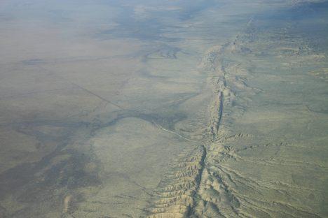 Zlom San Andreas vypadá z leteckého pohledu jako jizva v zemské kůře. Ohromný tlak tu formuje okraje tektonických desek.
