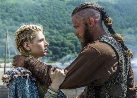 Velkým omylem je i to, že Vikingové nosili dlouhé rozcuchané vlasy nebo spletené copy. Mužské účesy byly velmi složité a pro ostatní Evropany často mimořádně exotické. V archivech historiků se našel dopis jakéhosi saského otce, který prosí svého syna, aby se proboha česal a stříhal tak, jak se na muže sluší, a ne zženštile jako Vikingové.