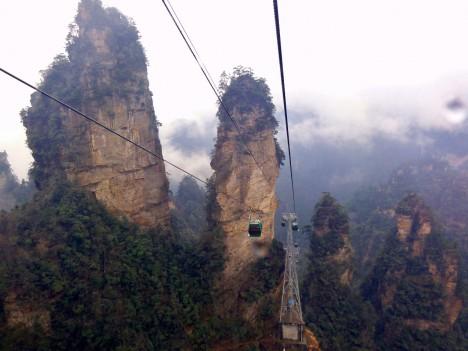 Výlet kabinou na vrchol čínské hory Tianmen považují jedni za nejúžasnější zážitek, slabší povahy tvrdí, že je jen nezapomenutelný. Lanovková dráha patří k těm nejdelším na světě. Největší povolené stoupání je totiž u lanovek nastaveno na 45°, tato čínská v určitých místech dosahuje stupňů 38.