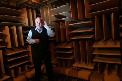 Americký vědec Steve Orfield ve své experimentální komoře pohlcující okolní zvuk.