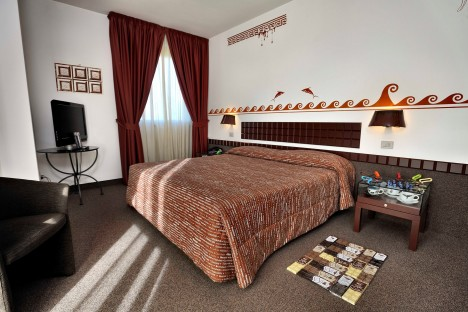 5. Čokoládový hotel -  V Itálii existuje hotel ve tvaru čokoládové tabulky, kde i dveře od pokojů, koberce a jiné dekorační doplňky vypadající jako tabulková čokoláda. Jmenuje se Etruscan Chocohotel a nachází se ve městě Perugia.