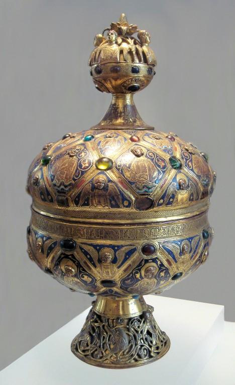 Hostie se schovávají do nádobky zvané ciborium, která se pohárovitým tvarem podobá plodu jedné egyptské vodní rostliny.