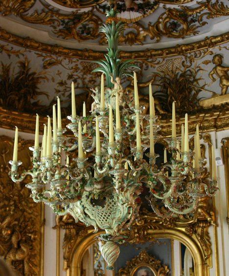I z porcelánu vznikaly lustry. Dílo se zrodilo ve 2. polovině 19. století v porcelánce v Míšni na pokyn krále Ludvíka II. Bavorského . Dnes ho najdeme v zámku Linderhof.